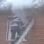 Un incendiu izbucnit la o casă de pe strada Bethlen Gabor din Aiud a necesitat interventia pompierilor