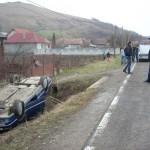 O mașină în care se aflau o femeie si un copil de 3 ani s-a răsturnat pe DJ 107 M, între Vălișoara și Colțești