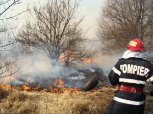 Intervenție a pompierilor militari din Aiud pentru stingerea unui incendiu de vegetație uscată izbucnit pe un teren agricol din Inoc