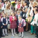 Şcoală cu haine noi pentru noul an