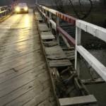 """La Rădeşti, """"Podul lui Lazăr"""" a devenit periculos"""