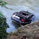 Un tânăr din Aiud a ajuns cu mașina în Someș după ce a ratat o curbă la Cluj Napoca