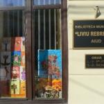 """Preşcolarii de la Grădiniţa """"Primii Paşi"""" și-au expus desenele la Biblioteca municipală """"Liviu Rebreanu"""" din Aiud"""