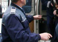 Poliţiştii din Aiud au reţinut doi tineri care au profitat de neatenţia unui cetăţean şi i-au sustras suma de 4.500 de lei lasată în maşină