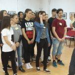 """15 elevi de la Colegiul Național """"Titu Maiorescu"""", din Aiud, deslușesc tainele limbii franceze prin improvizații teatrale"""