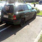 """O maşină părăsită şi modul în care un cetăţean îşi parchează  autoturismele crează neplăceri în piaţa """"Roma"""" din municipiul Aiud"""