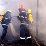 Intervenție a pompierilor din Aiud pentru stingerea unui incendiu la acoperișul un imobil din Unirea, cauzat de un coș de fum deteriorat