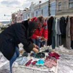 """Aiudenii au donat îmbrăcăminte de sezon pentru persoanele defavorizate, în cadrul campaniei """"cuier pentru nevoiași"""""""