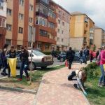 """Câteva sute de elevi, care învață la școlile din Aiud, s-au implicat în campania """"Curăţenia de primăvară"""", curățând spaţiile verzi şi parcurile din oraș de gunoaie"""