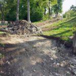 Lucrările de reabilitare a Parcului Municipal din Aiud continuă. A început montarea noilor trepte