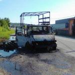 O autoutilitară a ars în totalitate pe DN1, la ieșirea din Aiud înspre Alba Iulia