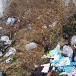 La doi pași de centrul Municipiului Aiud zac aruncate zeci de seringi, ace, mănuși și alte deșeuri medicale folosite