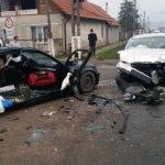 Tânără de 25 de ani rănită grav în urma unei coliziuni între două autoturisme, după o depășire neregulamentară petrecută pe DN 1, la Decea