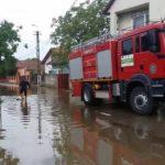 Pompierii militari din Aiud intervin pentru evacuarea apei din 3 gospodării din Măgina