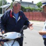 Bărbat de 63 de ani din Aiud, cercetat de polițiști după ce a fost surprins conducând un moped fără permis, pe strada Stadionului