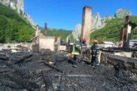 20 de pompieri încă lucrează la înlăturarea efectelelor negative rezultate în urma incendiului produs ieri la Mănăstirea Râmeț